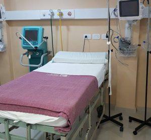 Cama de terapia intensiva del Sanatorio Urquiza con elementos médicos
